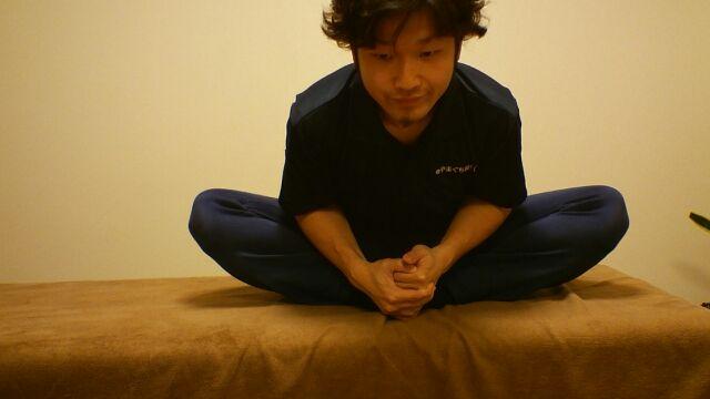 体を前に倒すと股関節が伸びます