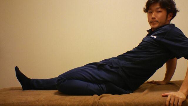 片足を曲げてゆっくり寝ていきます。前ももと腰を痛めないよう注意です!