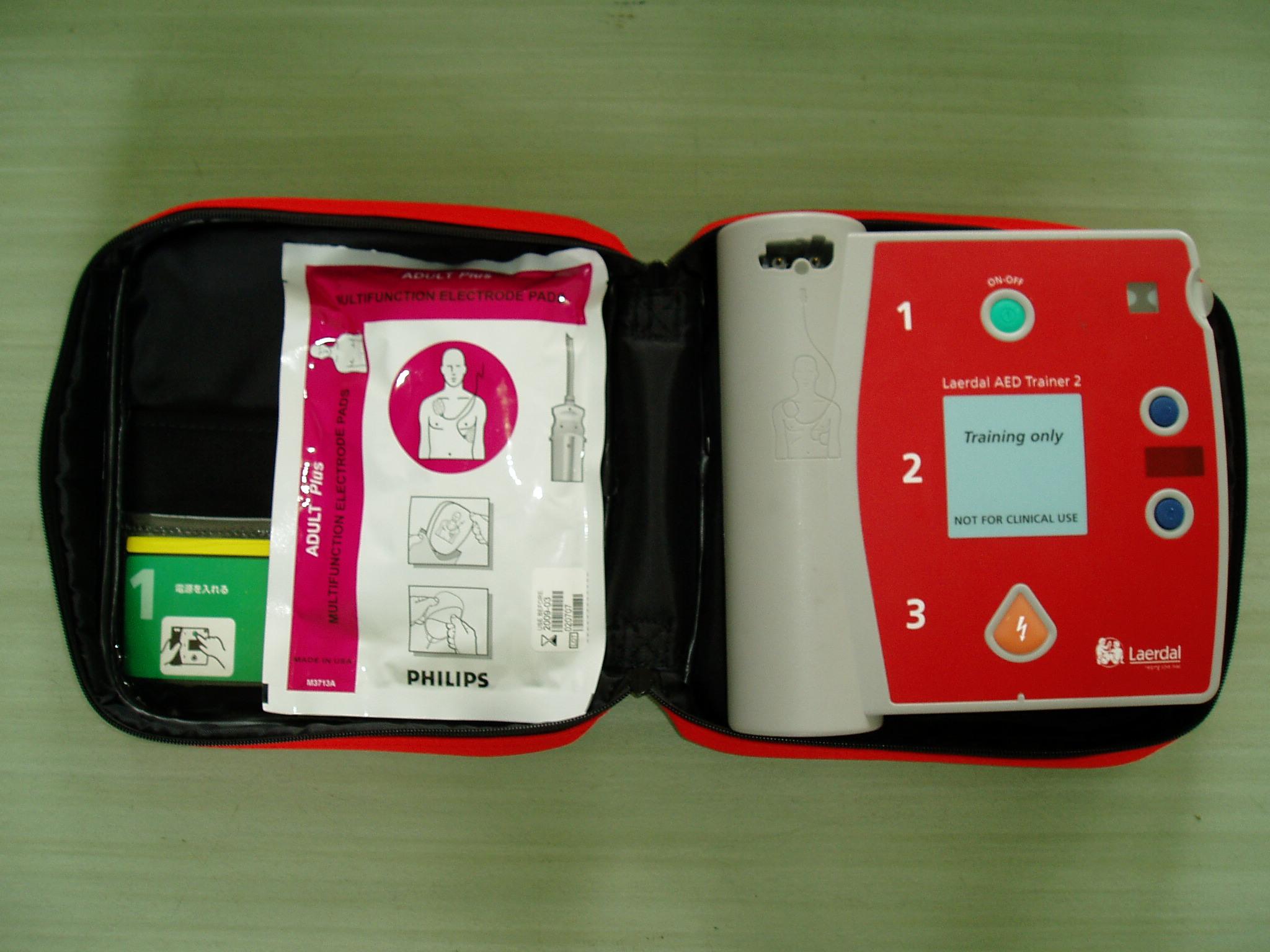 左の袋には体に貼るパッドが入ってて右の本体の自動音声にそって使用します