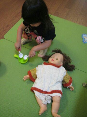 奥様がベビーマッサージの講師の時に使う人形でままごとしたり