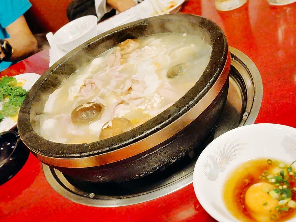 名物火鍋です!目の前で食材を炒めたあとにお出汁を入れて煮込みます♪