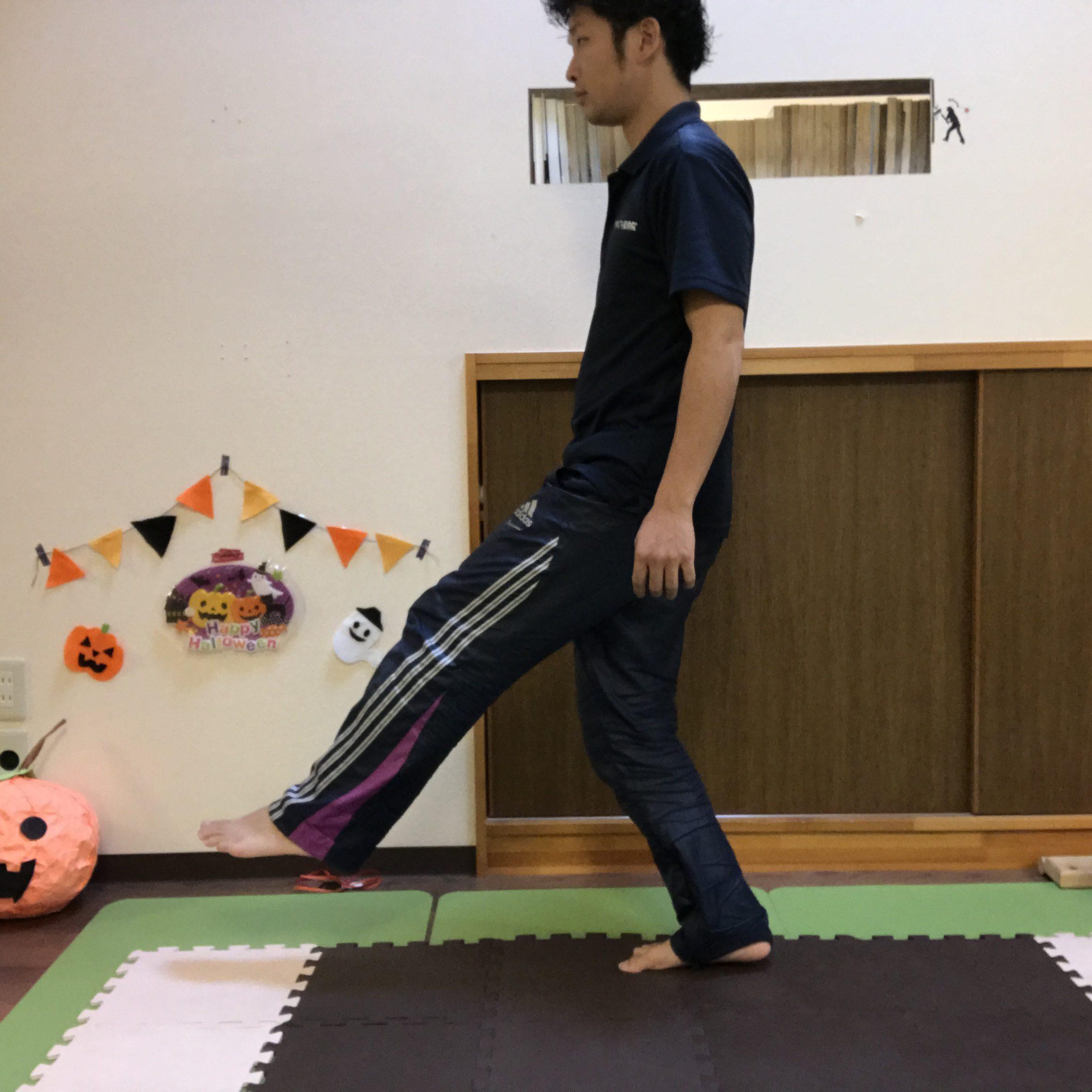 引き上げた足を前に大きく踏み出す。踏み出した方の太ももに効いてればOK!