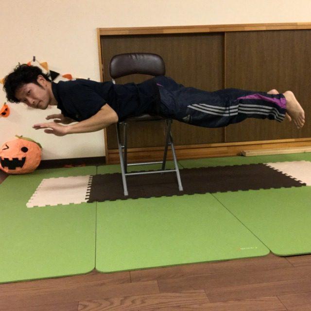 腰を中心に手と足を起こしていく。腕と足が一直線になるように。
