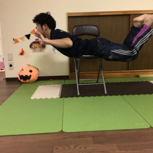 そのまま腕と足を高く上げる。腰を痛めやすいので無理をしないように!