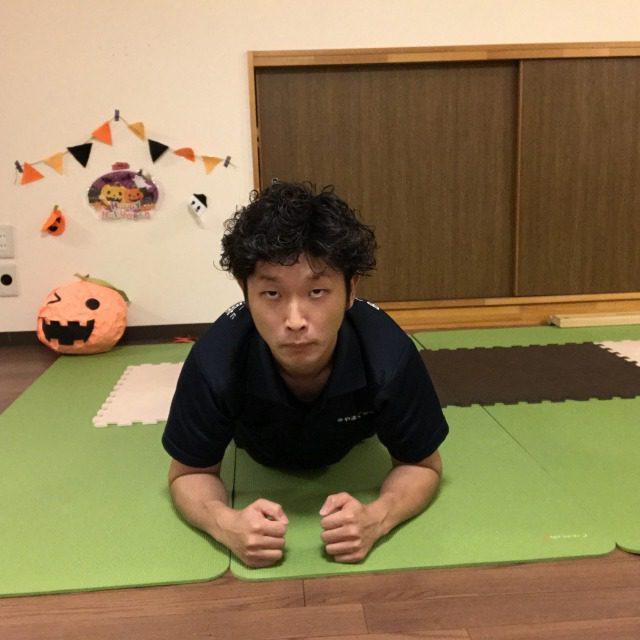前から見るとこんな感じ。 ヒジと足は肩幅ぐらい開いていればOK! お腹に力は入ると思いますが、なるべく全身リラックスしてやってみましょう。
