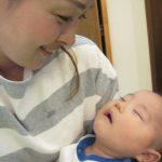産後の腰痛で骨盤矯正。整体中はママの代わりにだっこしてくれますよ♪今日のカワイイ寝顔